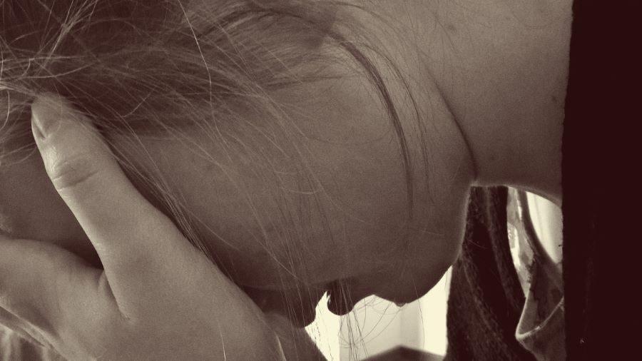 smutne dziecko kara przemoc