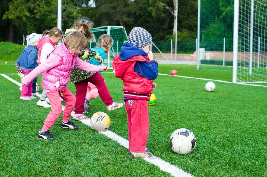 dzieci zabawa na boisku