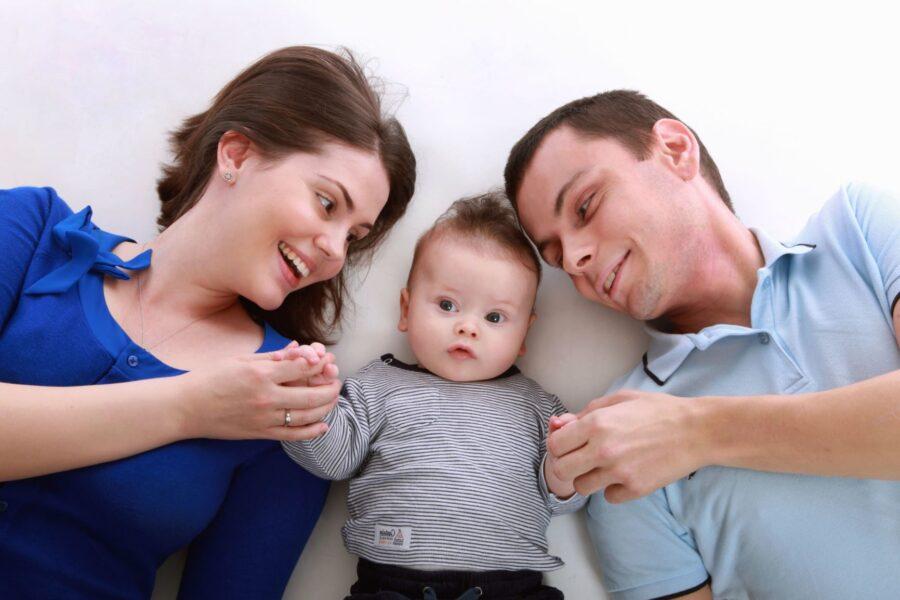 szczęśliwa rodzina z dzieckiem