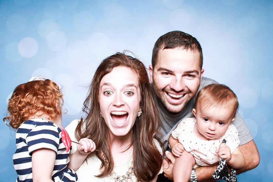 uśmiechnięta rodzina z dzieckiem