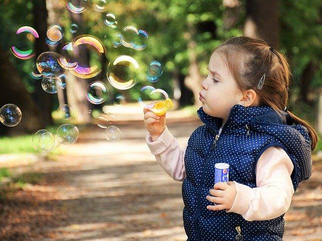 dziecko puszcza bańki rozwój