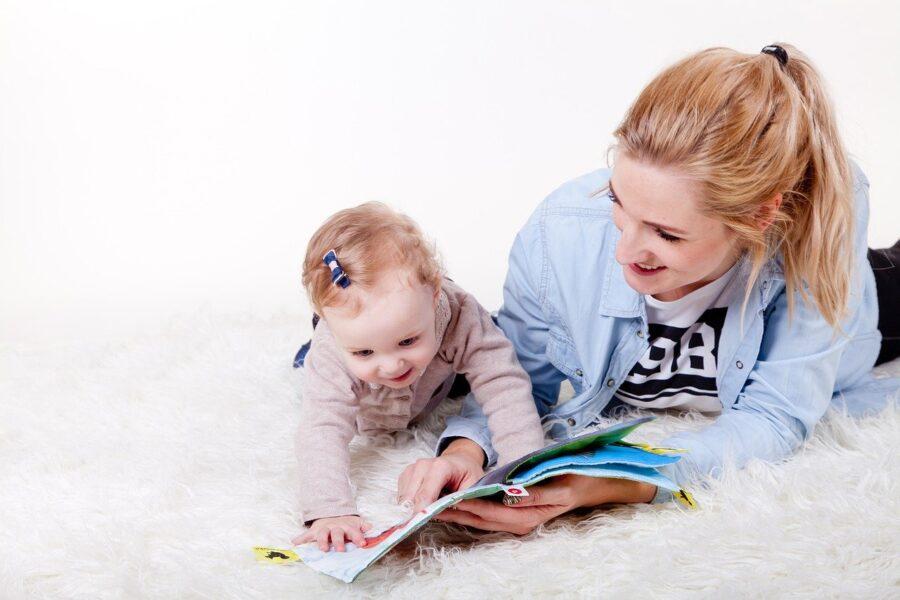 dziecko z mamą czyta rozwój